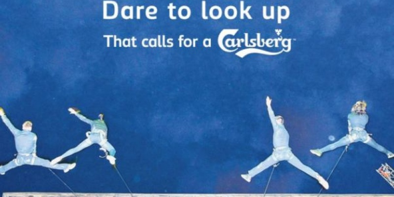 Spectacol de acrobatii pe fatada Hotelului Ibis organizat de Gala Mgmt & PR si Carlsberg