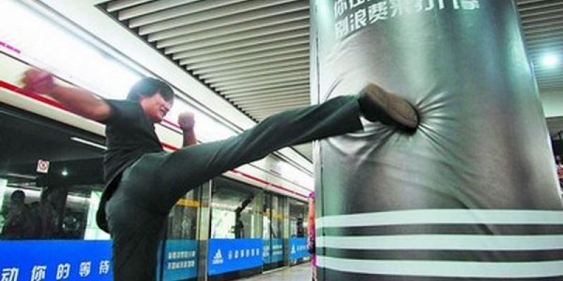 La metrou in Shanghai, o executie neconventionala care cere pumni si picioare