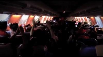 Coca-Cola - Santa Claus surprises the passengers of a commercial flight