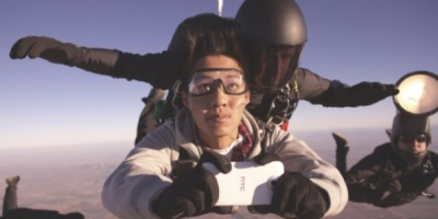 Campanie globala Mother ce promoveaza noua strategie de brand HTC printr-o sedinta foto de moda in cadere libera