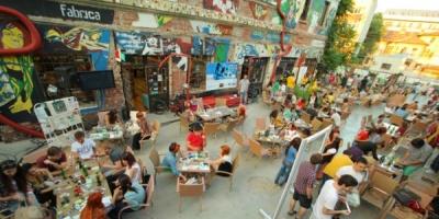 [ADfel] Prima zi: relaxare pe acoperis, schiuri la bai, note de plata neconventionale, o camila in marime naturala, ateliere de pictura si improvizatie si graffiti-uri digitale
