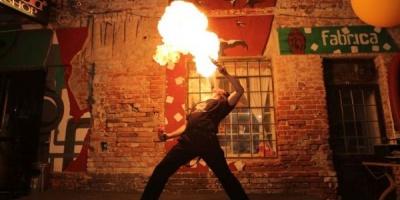 Tomi X-tra iute a reusit sa starneasca focul pe terasa de la Fabrica, la ADfel
