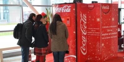 Automatul Coca-Cola transforma colindele in donatii