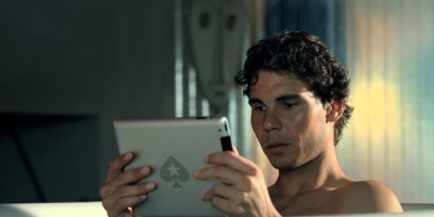 Rafael Nadal joaca poker in timp ce face baie, intr-o campanie PokerStars