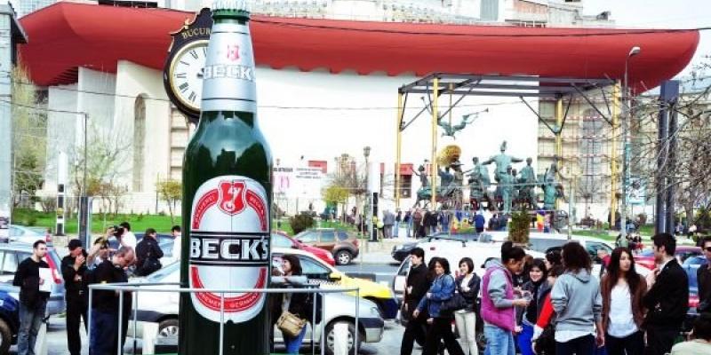 Lowe&Partners si Mobile Works au creat sticla Beck's care insufleteste cladirile din jurul fantanii de la Universitate