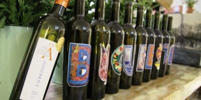 Ambrosio by Vincon a adus pictura pe sticle de vin si percutia la pahare in cadrul Romanian Design Week
