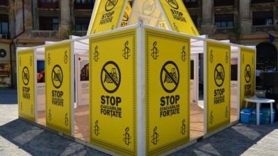Amnesty International - Casa din Carti de Joc