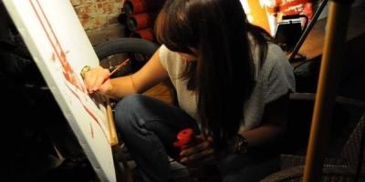 Tomi a dat culoare expozitiei de tablouri desenate cu ketchup de la ADfel 2013
