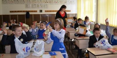 Carrefour Romania ofera 37.000 pachete cu rechizite elevilor