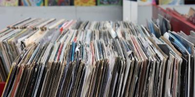 Misbits: Magazinul unui DJ satul sa comande muzica de pe internet