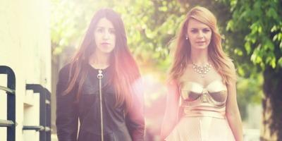 Doua fete documenteaza moda strazii bucurestene