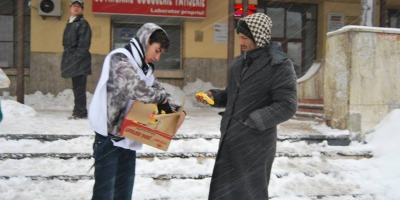 Mega Image si Nicolai Tand impart mancare oamenilor fara adapost din Bucuresti