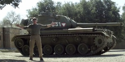 Arnold Schwarzenegger si-a luat tanc si vrea sa distrugem chestii impreuna
