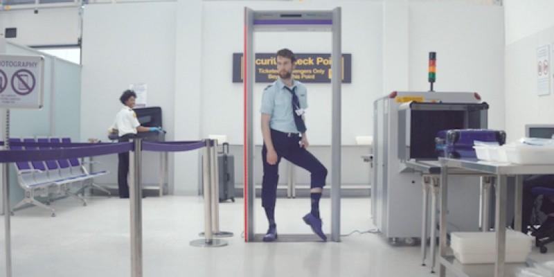 Nu o sa mai poti privi niciodata la fel un ofiter care-ti verifica pasaportul in aeroport