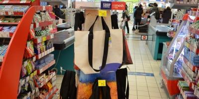 """Carrefour introduce in hipermarketurile din Bucuresti sacose Remesh din material publicitar reciclat, prin campania """"Shop cu dublu scop"""""""