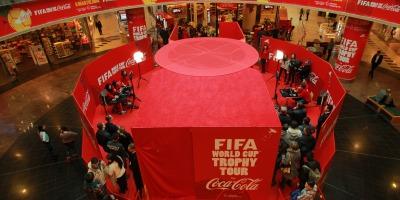 Trofeul Cupei Mondiale™ FIFA, expus de Coca-Cola la Bucuresti