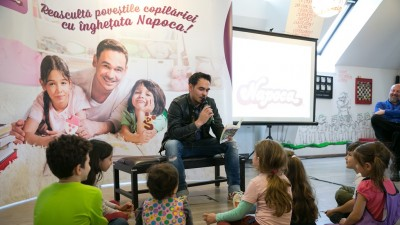 Razvan Simion le citeste povesti copiilor, intr-o campanie Napoca semnata McCann, MRM si Momentum
