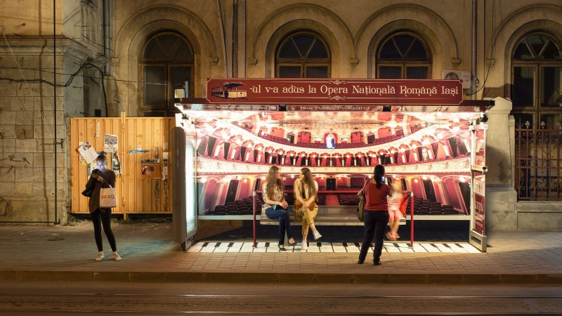 In Iasi, astepti tramvaiul ca intr-o sala de spectacol: un proiect outdoor semnat Wink Public Multimedia