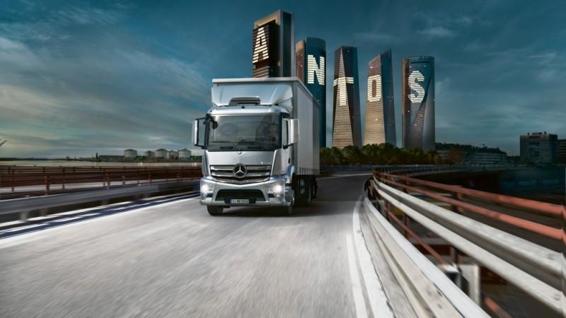 Camionul Mercedes-Benz Antos transporta prima Caravana Culturala de film si carte din Romania