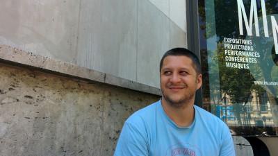 [In numele publicului] Alex Negoescu: Ma cam ingrozeste usurinta cu care teme foarte importante – toleranta, conditia femeii, tribalismul politic, emigratia, razboiul, religia – sunt preluate zglobiu de publicitate