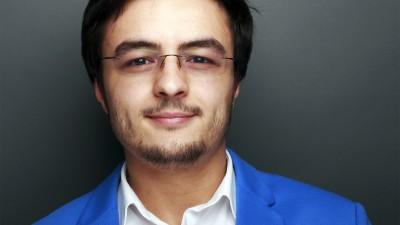 [Tinerii din agentii - SENIORHYPER] Andrei Constantinescu: Am intarziat la o intalnire cu clientul pentru ca nu mi se uscase parul si trebuia sa fiu prezentabil