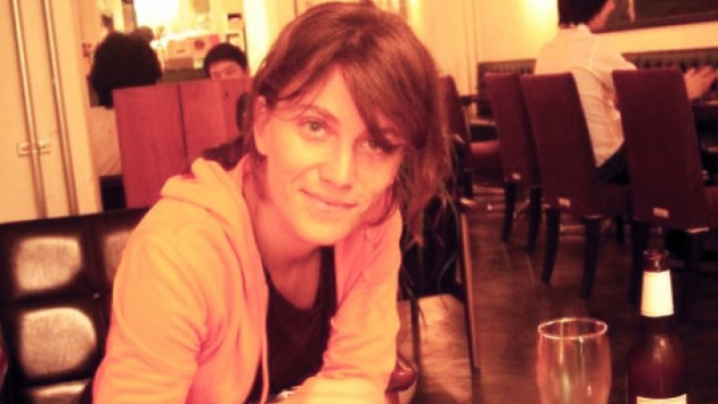 [Limba de lemn a reclamelor] Raluca Feher: Mama agentie si tata client formeaza un cuplu care vorbeste stalcit limba romana, care ar vrea ca totul sa se faca in engleza