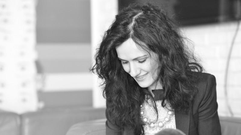 [Clisee in publicitate] Irina Becher: In pauza publicitara, limba romana isi ia o pauza de la ea insasi. Sa-i fie odihna usoara!