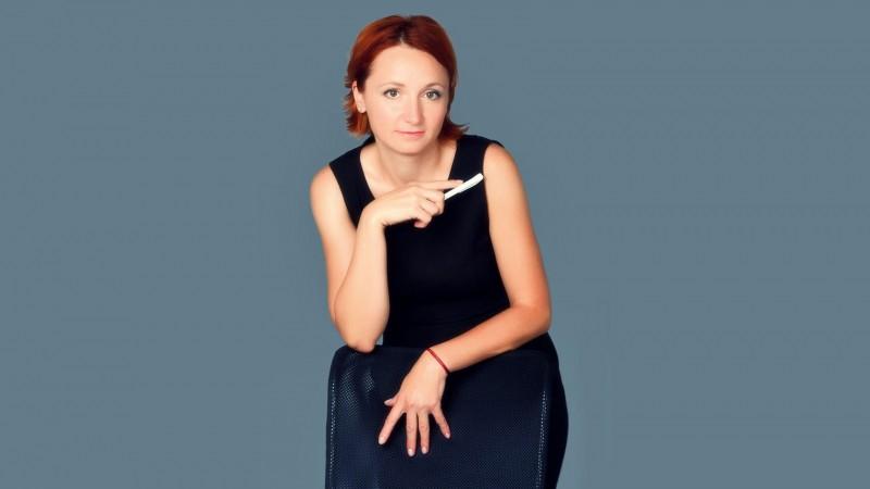 [Din presa in PR] Larisa Ghitulescu: M-am trezit brusc stand la caldurica intr-un mediu elegant, cu fusta si tocuri, cu masa la ora fixa, cu un orar predictibil