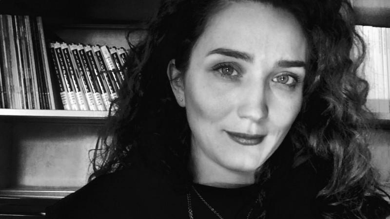 [Clisee in publicitate] Laura Nedelschi: Detergentul obisnuit nu mai exista. A murit anonim intr-o garsoniera confort 2 din Rahova