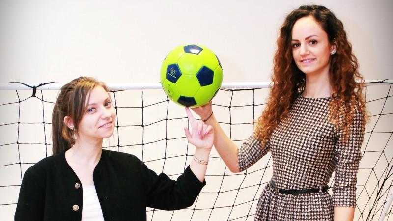 Doua studente au adus fotbalul in sala de conferinte