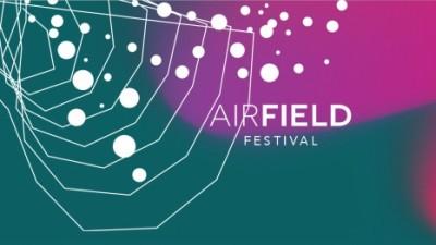 Un hangar de aviatie se transforma in scena la Airfield Festival