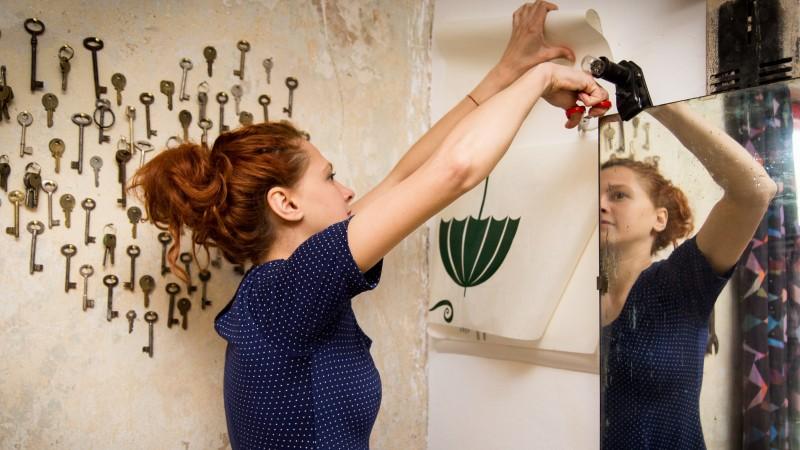 Ana Banica pune Cai verzi pe pereti intr-un atelier din Popa Tatu