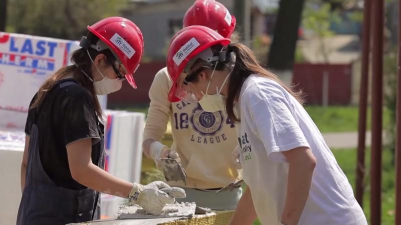 Tineri smulsi din bula ecranelor destepte si ademeniti cu voluntariatul