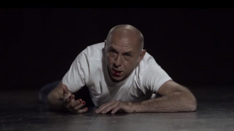 Un actor in rolul unei balene ucise