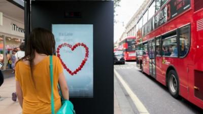 Un pas mic, dar istoric pentru publicitate: billboardurile care citesc emotiile trecatorilor