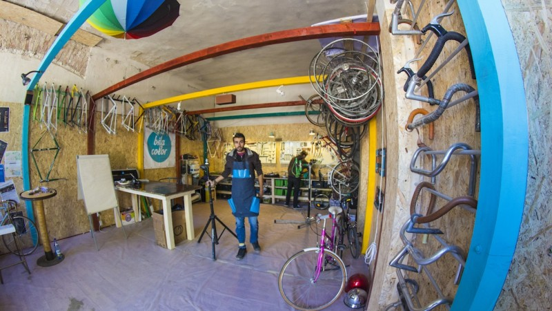 La BitaColor, bicicletele se coloreaza cu rabdare de chinez batran