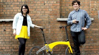 Doi tineri romani din Londra au conceput cea mai usoara bicicleta pliabila de pe piata