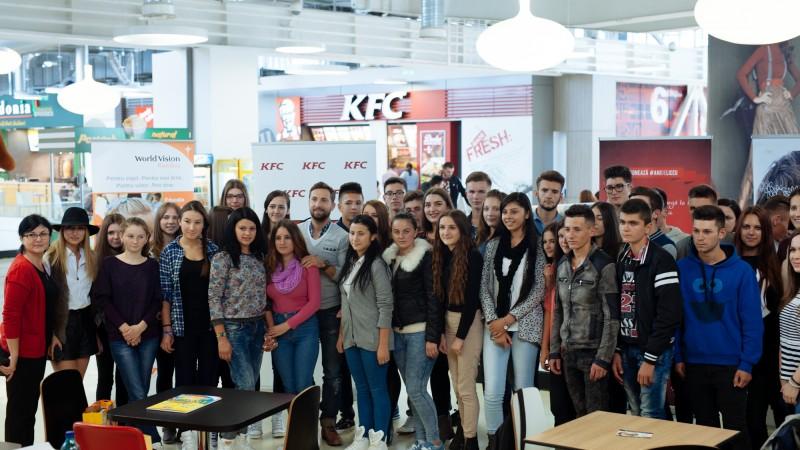 "KFC, Pizza Hut si Pizza Hut Delivery au strans suma record de 80.000 de euro pentru programul World Vision ""Vreau in clasa a noua"""