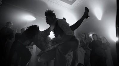 Cum sa vorbesti despre lucruri serioase cantand si dansand