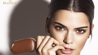 Supermodelul Kendall Jenner intr-o sedinta foto extraordinara pentru lansarea noii game de inghetata Magnum Double