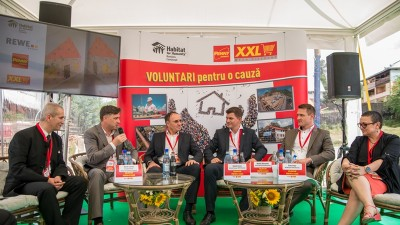 """REWE România a înmânat celor trei familii din Moinești cheile noii case, în cadrul evenimentului """"VOLUNTARI pentru o cauză"""""""