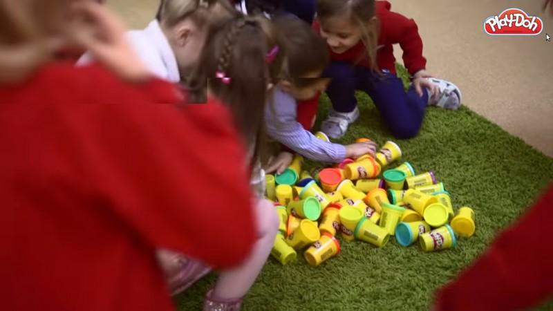 Viitorul cu zapada-curcubeu si morcovi zburatori: imaginat de copii, modelat cu Play-Doh