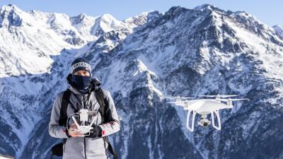 Fotograf-antreprenor, cu drona la purtator