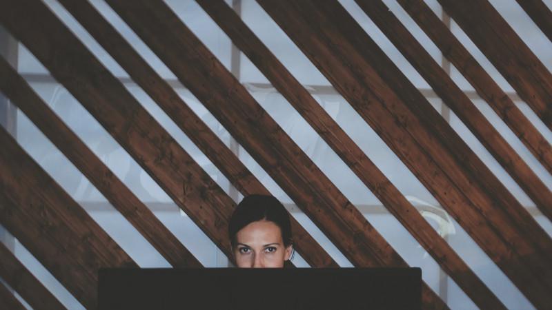 """O fata care stie si sa scrie, si sa deseneze. Andreea Chirica despre procesul sinuos al lucrului la """"Home Alone"""", poem grafic despre depresie si anxietate"""