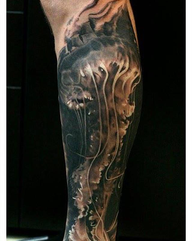 cautand om tatuat)