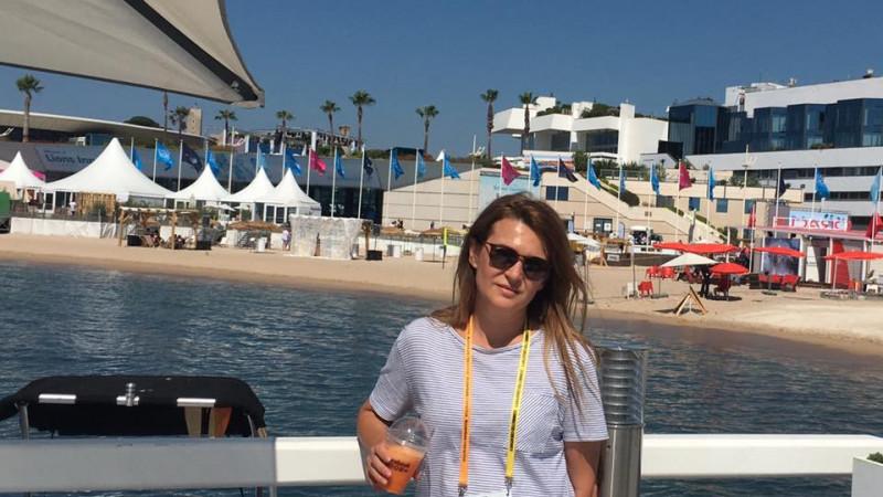 [La cald, de la Cannes] Adela Dan (UM Romania): Anul acesta, orice campanie a avut de facut si orice brief a primit, creativul mondial a troznit o campanie sociala