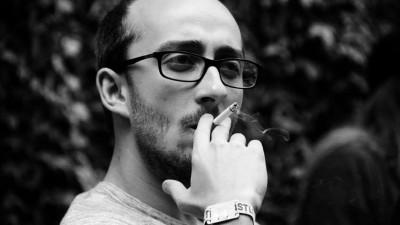 [Pauza de poezie] Alex Văsieș: Decât blocat de structuri, mai bine un semi-marginal care își face distracția pentru câțiva oameni