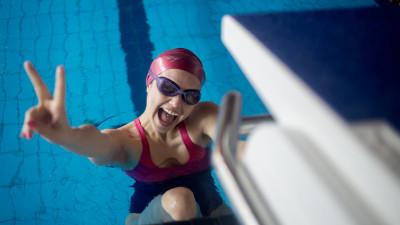 350 de oameni care înoată la Swimathon București încep să strîngă fonduri pentru 23 de proiecte