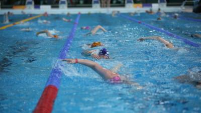 Din studioul de știri, direct în bazinul de înot. Radu Andrei Tudor susține schimbarea programei școlare