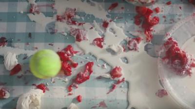 Iată o minge de tenis care se comportă fix ca un fan: calcă totul în picioare ca să ajungă la Wimbledon